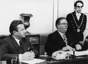 Die Einsetzung des Rates der deutschen Kulturgemeinschaft (RdK) im Oktober 1973 mit dem ersten Präsidenten Johann Weynand (links) und dem damaligen Staatssekretär Willy Schyns.