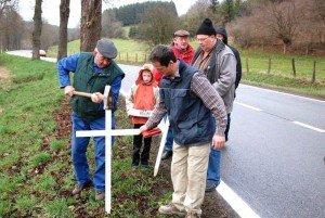 """Die Kerngruppe der Bürgerinitiative """"N62 - Jetzt reicht's!"""" beim  Aufstellen der Kreuze im Jahre 2009."""