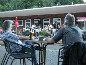 Besucher während einer Veranstaltung auf der Terrasse des KuKuK.