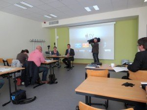 Sabrina Sereni und Minister Oliver Paasch (im Hintergrund) bei der Vorstellung der Ergebnisse der Studie zum Thema Hausaufgaben. Foto: OD