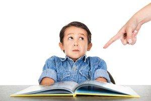 Die Eltern sollten da sein, aber nicht das Kind ständig belehren, sondern es darin unterstützen, die Hausaufgaben autonom zu erledigen. Foto: Shutterstock