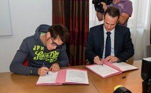 Thierry Neuville (links) und Oliver Paasch  bei der Unterzeichnung des Kooperationsvertrages. Foto: Christian Willems