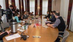 Viel Rummel bei der Pressekonferenz am Sitz der DG-Regierung in Eupen. Foto: Christian Willems