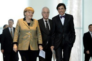 Werner Zimmermann (Bildmitte) als Dolmetscher bei einem Treffen zwischen Angela Merkel und Elio Di Rupo. Foto: BRF
