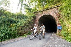 Eine beliebte Freizeitbeschäftigung der Gäste sind Fahrrad- und Wandertouren, zum Beispiel auf der Vennbahn-Strecke. Foto: vennbahn.eu