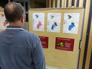 Einige Beispiele von Dialektunterschieden (mit Karte) hingen im Europasaal aus. Foto: OD