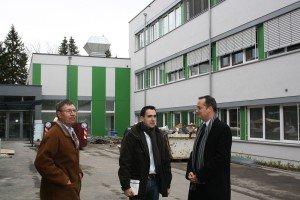 Oliver Paasch (rechts, damals noch Unterrichtsminister) im Februar 2014 auf einer PPP-Baustelle in Eupen mit Bauleiter Ivan De Wilde und Architekt Jacques Probst. Foto: Serge Heinen