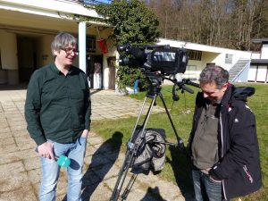 Volker Krings (links) und Roger Rox warten auf das Ende des Interviews von Werner Baumgarten mit dem Grenz-Echo. Foto: OD