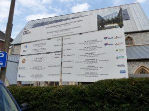 Die am Umbau beteiligten Firmen sind am Eingang Heidberg aufgelistet. Foto: OD