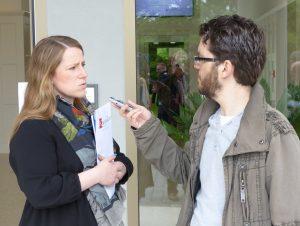 Isabelle Weykmans (hier beim Interview mit Grenz-Echo-Redakteur Christian Schmitz). Foto: OD