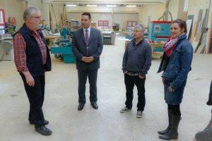 Nach der Pressekonferenz führte Firmenchef Günther Leufgen (links) Minister Harald Mollers und die übrigen Anwesenden durch den Betrieb. Foto: OD
