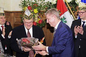 Auch der Büllinger Bürgermeister Friedhelm Wirtz (rechts) war erschienen, um dem gebürtigen Hünninger Alfred Lux zu gratulieren. Foto: Gerd Comouth