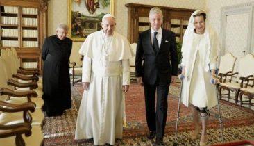 Papst Franziskus (2.v.l.), mit König Philippe (M.) und Königin Mathilde im März 2015. Foto: Belga