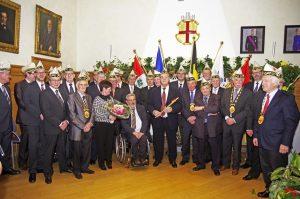 Gruppenfoto nach der Verleihung der Ehrenmütze an Alfred Lux. Foto: Gerd Comouth