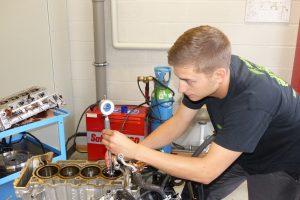 Justin Emontspool prüft mit Messuhr und einem entsprechenden Spezialwerkzeug die Zylinderunrundheit. Foto: OD