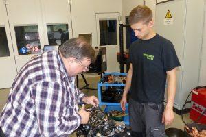 Fachlehrer Gino Decoster (links) bereitet Justin Emontspool auf die Messung mit Plastigage vor, zur Bestimmung des Lagerspiels der Pleuellager. Foto: OD