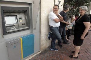 Wartende Griechen in Athen vor einem Bankautomaten. Foto: epa