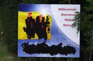 """Nur das """"Willkommen"""" in vier Sprachen blieb verschont. Foto: Gerd Comouth"""