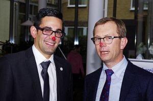 DG-Minister Antonios Antoniadis (links) und Krankenhaus-Direktor Danny Havenith bei der Vorstellung der CliniClowns Ostbelgien am Freitag. Foto: Gerd Comouth