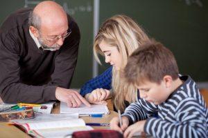 """Ein pensionierter Lehrer erteilt Kindern Nachhilfe. Entlohnt wird er über ein """"Stundenkonto"""", das er später in Anspruch nehmen kann, wenn er selbst Hilfe benötigt. Foto: Shutterstock"""