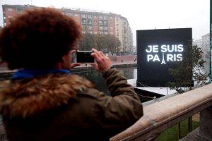 """Auf dem Kanal Darsena in Mailand steht auf einer Leuchttafel """"Je suis Paris"""". Foto: epa"""