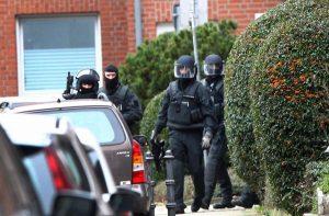 Beamte eines Spezialeinsatzkommandos der Polizei im Einsatz am Dienstag in Alsdorf bei Aachen. Foto: epa