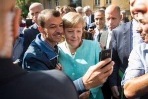 Bundeskanzlerin Angela Merkel lässt sich am 10. September 2015 in Berlin für ein Selfie mit einem Flüchtling fotografieren. Foto: dpa