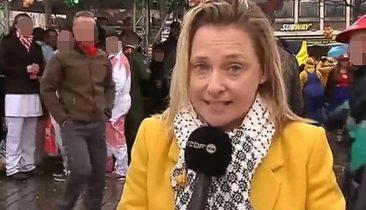 RTBF-Journalistin Esmeralda Labye bei ihrer Reportage von der Weiberfastnacht in Köln.
