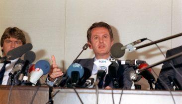 "Uwe Barschel bei seiner berühmt-berüchtigten ""Ehrenwort-Pressekonferenz"" am 18. September 1987 in Kiel. Foto: dpa"