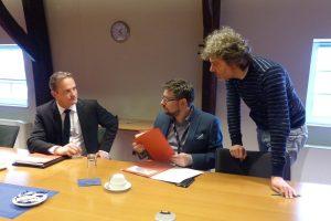 Ministerpräsident Oliver Paasch (links) am Donnerstag bei seinem Pressegespräch über die Regierungskosten (hier im Gespräch mit Pressereferent Serge Heinen und Grenz-Echo-Redakteur Patrick Bildstein). Foto: OD