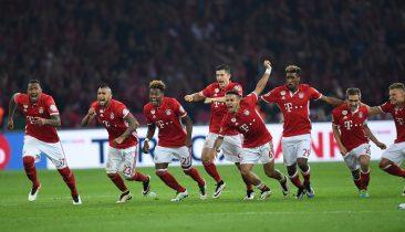 Riesenjubel bei den Bayern, nachdem Douglas Costa den entscheidenden Elfmeter verwandelt hat. Foto: dpa