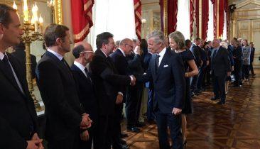 König Philippe und Königin Mathilde begrüßen einige Persönlichkeiten, darunter DG-Ministerpräsident Oliver Paasch (links). Foto: Königlicher Palast