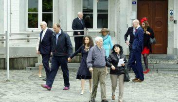 Die Hochzeitsgesellschaft verlässt eiligst das Eupener Rathaus. Fred Evers erkennt man ganz links, seine Frau in der Mitte (mit türkisfarbenem Kleid und Hut).