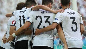 Deutsche Nationalspieler feiern den Treffer zum 2:0 von Mario Gomez. Foto: epa