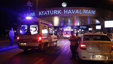 Einsatzfahrzeuge von Polizei und Rettungsdiensten vor dem Atatürk-Flughafen in Istanbul. Foto: epa