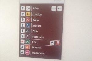 """Die Anzeigetafel mit dem mysteriösen """"DG-Büro"""" im obersten Stockwerk in einem Parkhaus in Mannheim."""