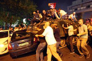Der gescheiterte Putschversuch: Türken besetzen einen Panzer in Istanbul. Foto: epa