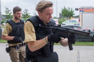 Polizisten im Einsatz am Freitagabend vor dem Olympia-Einkaufszentrum, in dem Schüsse fielen. Foto: dpa