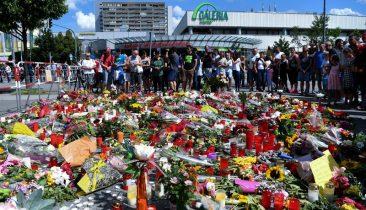 Blumen und Kerzen liegen am Sonntag vor dem Olympia-Einkaufszentrums (OEZ) in München, zwei Tage nach einer Schießerei mit Toten und Verletzten. Foto: dpa