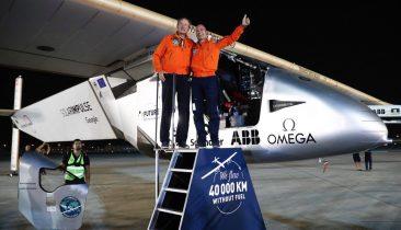 Bertrand Piccard (rechts) und André Borschberg (links) bei ihrer triumphalen Rückkehr in Abu Dhabi. Foto: epa