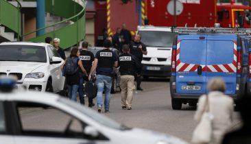 Einsatzkräfte von Polizei und Feuerwehr vor der Kirche, in der sich die tödliche Geiselnahme ereignete. Foto: Belga