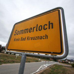 Das Ortsschild der Gemeinde Sommerloch (Rheinland-Pfalz). Foto: dpa