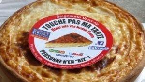 """""""Touche pas ma tarte"""" (Hände weg von meinem Fladen) stent auf diesem Aufkleber."""