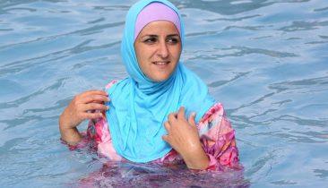 Eine Muslimin im Burkini in einem Freibad in Berlin. Foto: dpa
