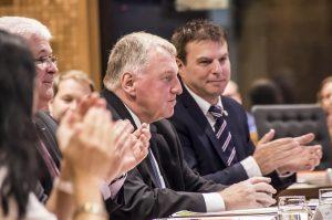 Karl-Heinz Lambertz (Bildmitte) am Montagabend im DG-Parlament nach seiner Wahl zum Gemeinschaftssenator. Foto: Gerd Comouth