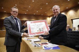 Am Montagabend überreichte der neue Parlamentspräsident Alexander Miesen (links) seinem Vorgänger Karl-Heinz Lambertz (rechts) eine Karikatur von Annette Müllender. Foto: Andreas Schenk