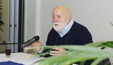"""Der Schriftsteller Freddy Derwahl (hier bei einer Lesung im Rahmen der Veranstaltung """"SEITENstraße - Lesen hinterm Tresen"""" in Eupen. Foto: Gerd Comouth"""