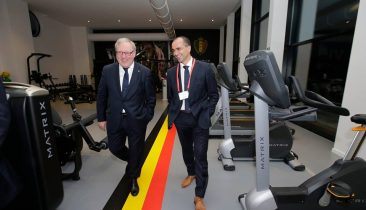 "Verbandspräsident François De Keersmaecker (links) und Nationaltrainer Roberto Martinez im Fitnesscenter des Mannschaftshotels ""Martin's Red"". Foto: belgianfootball.be"