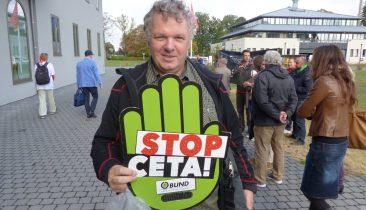 Ein Anti-CETA-Aktivist Anfang Oktober 2016 bei einer Demo vor dem Parlament der DG in Eupen. Foto: OD