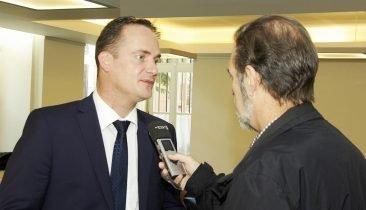 DG-Ministerpräsident Oliver Paasch (links) beim Interview. Foto: Gerd Comouth